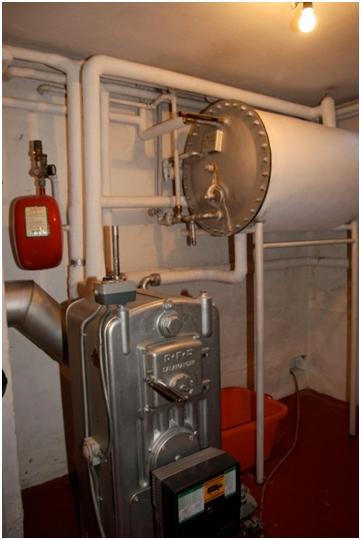 Figur 1: Eksisterende kedel samt varmtvandsbeholder