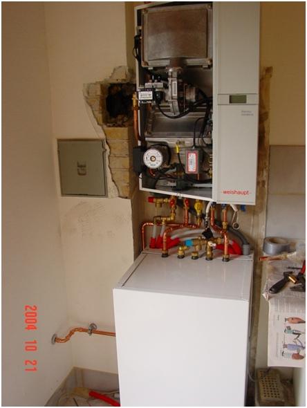 Figur 5 varmtvandsbeholder er opsat og diverse rør er forbundet